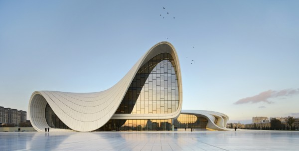 52852152e8e44e8e7200015f_heydar-aliyev-center-zaha-hadid-architects_hac_exterior_photo_by_hufton_crow_-1-